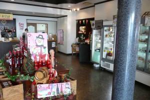 ホール奥の売店と試飲室