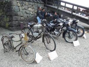 左から当時の自転車、
