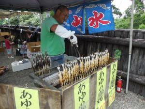 綾名物の鮎の塩焼き、鮎飯の屋台で一休みです。