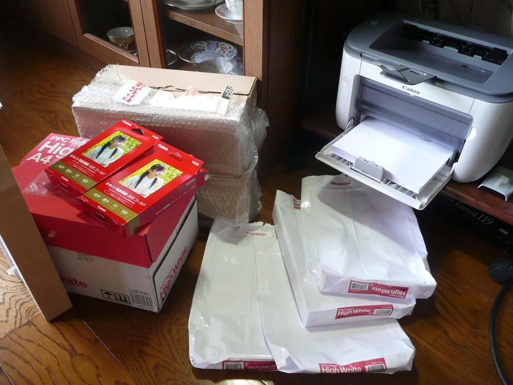 大量印刷で散乱、同窓会誌を製本中。