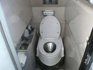 トイレは狭いけど、機能的です。