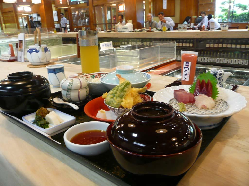 お昼のランチ、刺身天ぷら定食