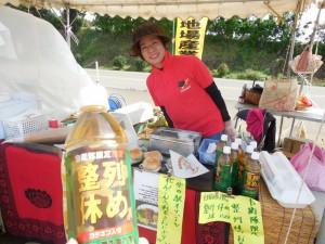 駐車場には、テントが張ってあり、新富町の色んな産物を売ってます。