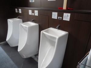 男子用便器の上が手洗い器