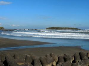 青島を遠望、風が強く白波が凄いです
