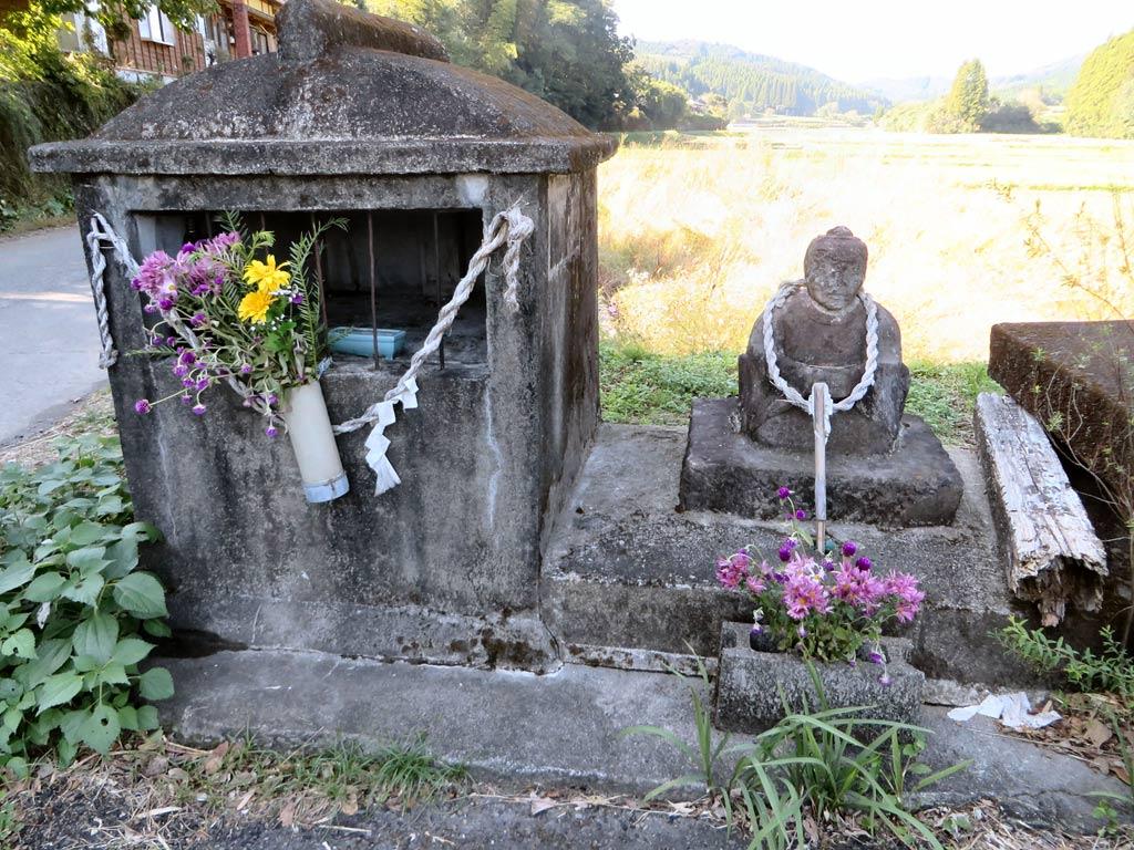 道端には小さな祠と道祖神がひっそりと鎮座しています。
