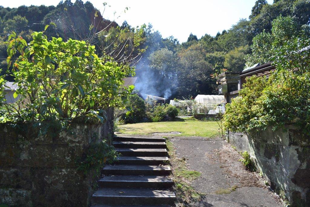 裏の山から、納屋、菜園、自宅が散在